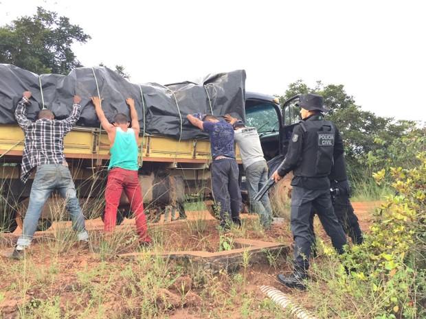 Seis homens foram presos e um adolescente foi apreendido por roubo de 50 toneladas de soja (Foto: Assessoria/Polícia Civil de MT)