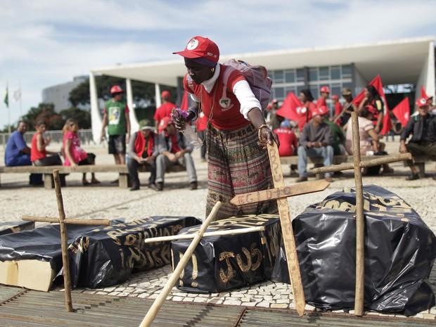 Integrantes do Movimento dos Sem-Terra (MST) realizaram uma passeata no Eixo Monumental, em Brasília. Segundo o movimento, 450 pessoas participaram do ato, que teve início às 7h, na altura do Buriti, e seguiu para a Praça dos Três Poderes. (Foto: Ueslei Marcelino/Reuters)