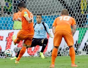 Robin van Persie e Keylor Navas jogo Holanda x Costa Rica (Foto: AP)
