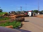 Carreta que transportava madeira tomba na BR-174, em Roraima