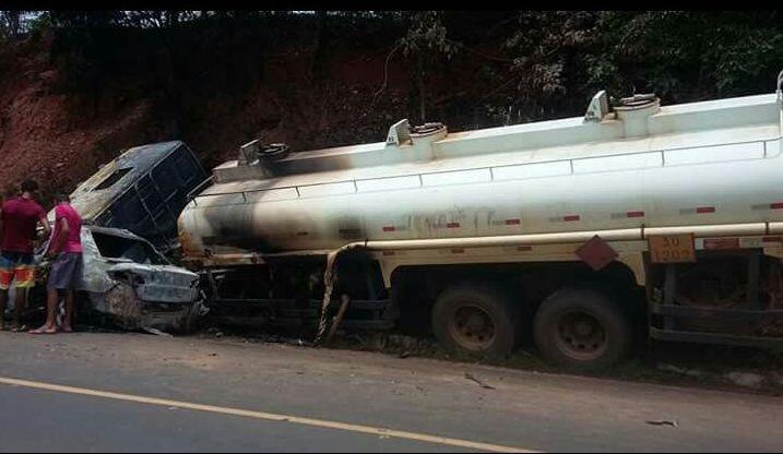 Os veículos ficaram carbonizados apóso choque em Cristalândia (Foto: Arquivo pessoal)