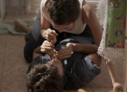 Teaser: Leila e Jonatas se divertem juntos e pinta clima