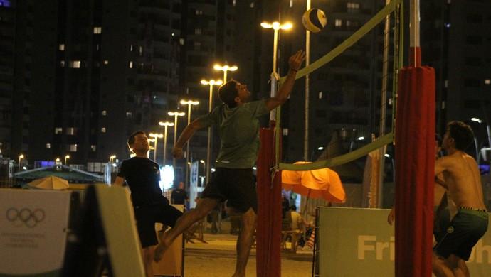 Equipes de hipismo fazem duelo de vôlei de praia  (Foto: Diego Guichard)