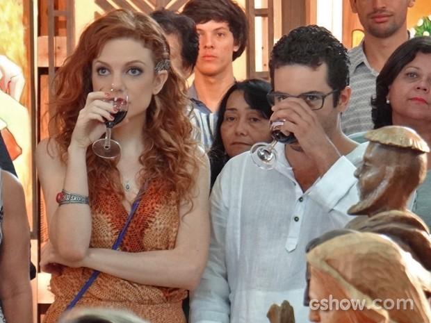 Felipe não resiste e acaba tomando umas com Vanessa (Foto: Em Família/ TV Globo)