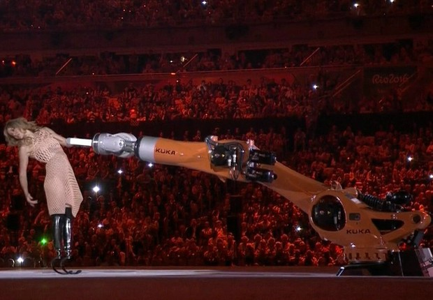 Amy Purdy dança com o robô Kuka (Foto: Caminhos Para o Futuro)