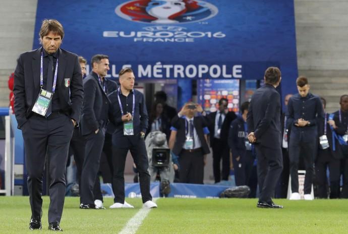 Antonio Conte à frente da seleção italiana no reconhecimento do gramado de Lille (Foto: REUTERS/Pascal Rossignol)