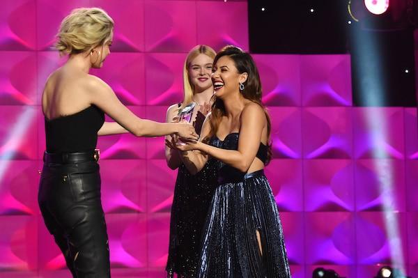 A cantora Selena Gomez recebe o prêmio das mãos de Francia Raisa, doadora do rim da artista (Foto: Getty Images)
