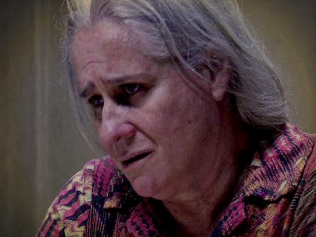 Transtornada, Lucinda confesssa que já matou por vingança (Foto: Avenida Brasil/TV Globo)