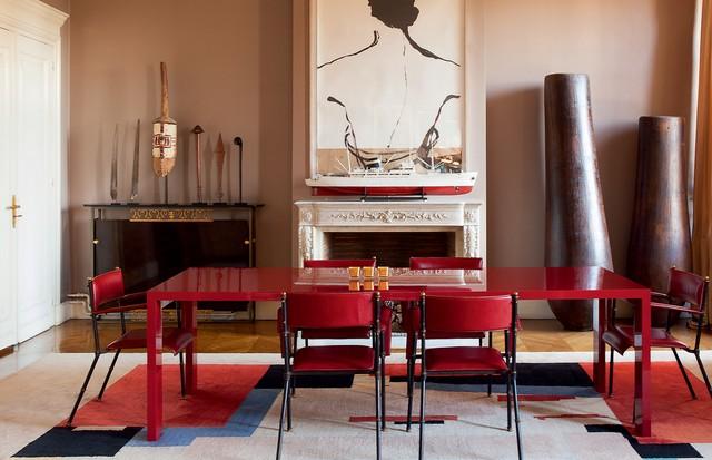 Obra do francês Jean-Charles Blais é destaque na sala de jantar, que tem mesa laqueada do designer inglês Jasper Morrison para a Cappellini e cadeiras do francês Jacques Adnet (Foto: Emilia Brandão)