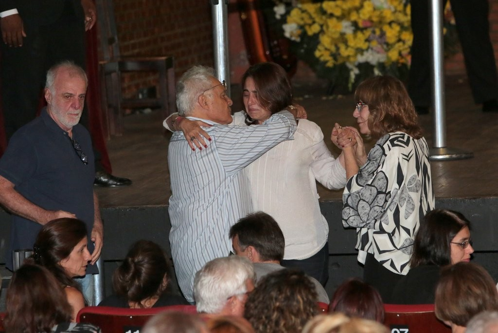 Claudia Montenegro, a namorada de Wilker, foi consolada por Renata Sorrah e othon bastos (Foto: Roberto Valverde/Revista QUEM)