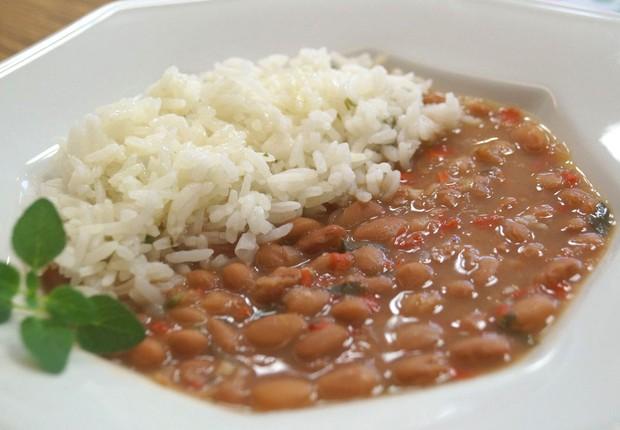Feijão com arroz ; cesta básica ; prato feito ; comer fora ; gastos com alimentos ;  (Foto: Reprodução/YouTube)