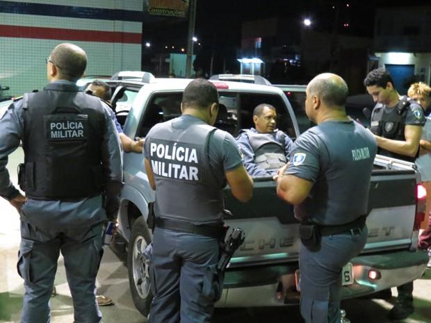 Policiais efetuam prisão de um dos suspeito do assalto a banco em Parnarama, MA (Foto: Lucas Stefano)