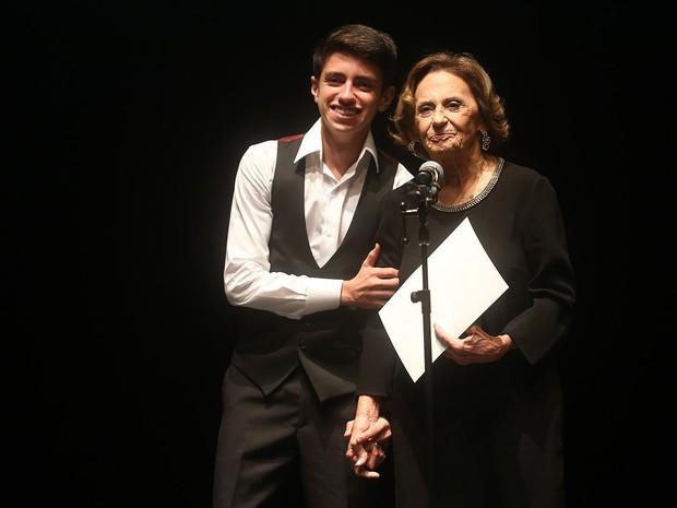 Laura Cardoso com o bisnteo em prêmio em São Paulo (Foto: Iwi Onodera/ EGO)