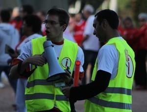 Voluntários da Copa trabalham antes de Inter x Atlético-PR (Foto: Diego Guichard)