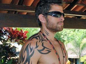 Alejandro Claveaux, o Moisés de Malhação, 'coloca' a famosa tatuagem do personagem, que vai do pescoço até a costela (Foto: Mais Você / TV Globo)