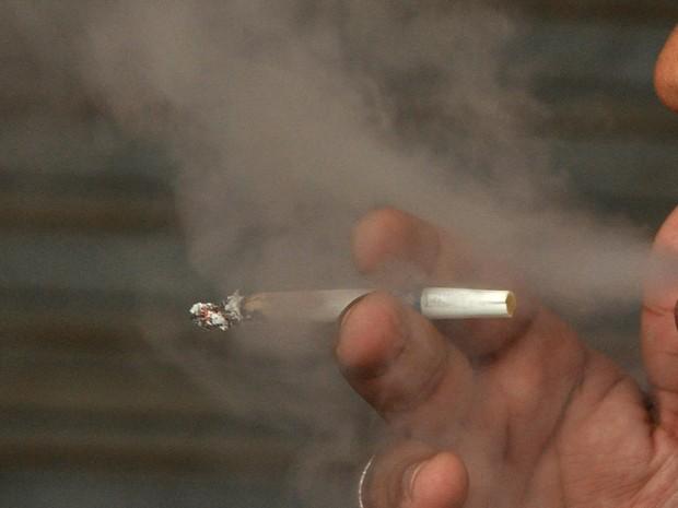 Ação em Angra dos Reis tem como objetivo explicar sobre riscos do cigarro (Foto: Felipe de Souza/Divulgação PMAR)