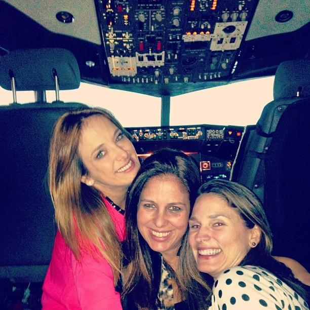 Ticiane Pinheiro e amigas em avião (Foto: Instagram/ Reprodução)