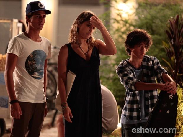 """A """"nova família"""", que está com as meninas, fica sem reação diante da briga (Foto: Pedro Couri / TV Globo)"""