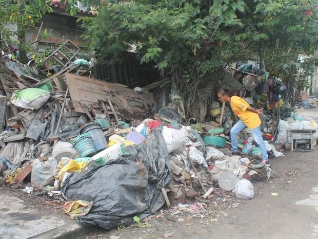 Montanha de lixo era vista até mesmo do lado de fora de residência em Guarujá (Foto: Raimundo Nogueira / Prefeitura de Guarujá)