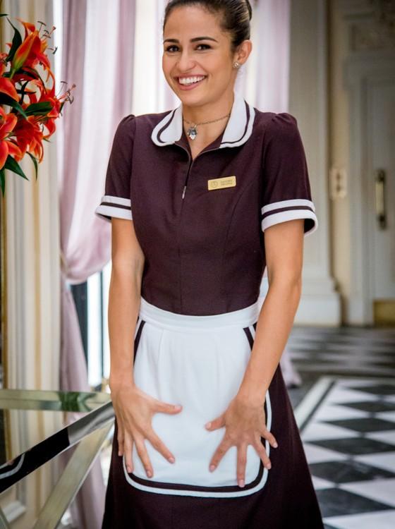 A atriz caracterizada como a camareira Sandra Helena, que ela interpreta na próxima novela das sete (Foto: Divulgação/ Rede Globo)