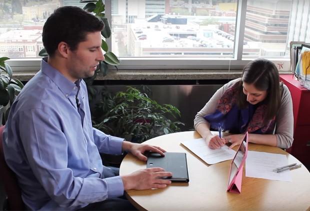 Paciente Tim Sesink, um dos participantes do estudo, participa de sessão no Instituto de Tratamento e Pesquisa sobre Gagueira da Universidade de Alberta (Foto:  Istar/Universidade de Alberta/Divulgação )