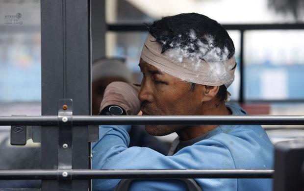 Guia sherpa ferido em avalanche do monte Everest é levado em ônibus para Katmandu neste domingo para receber atendimento (Foto:  AP Photo/Bikram Rai)