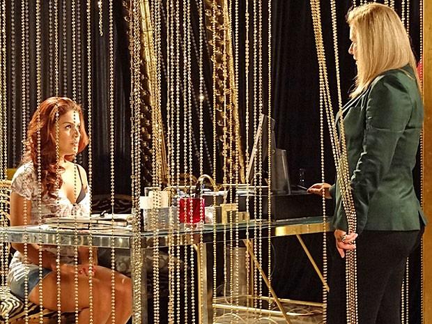 Rosângela conta tudo o que ouviu para Irina (Foto: Salve Jorge/TV Globo)