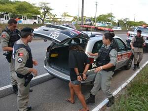Mulher foi presa após roubar celulares e tentar fugir da PM (Foto: Walter Paparazzo/G1)