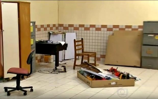Além de roubarem aparelhos e outros objetos, invasores vandalizam salas das escolas públicas de Rio Branco (Foto: Bom Dia Brasil)