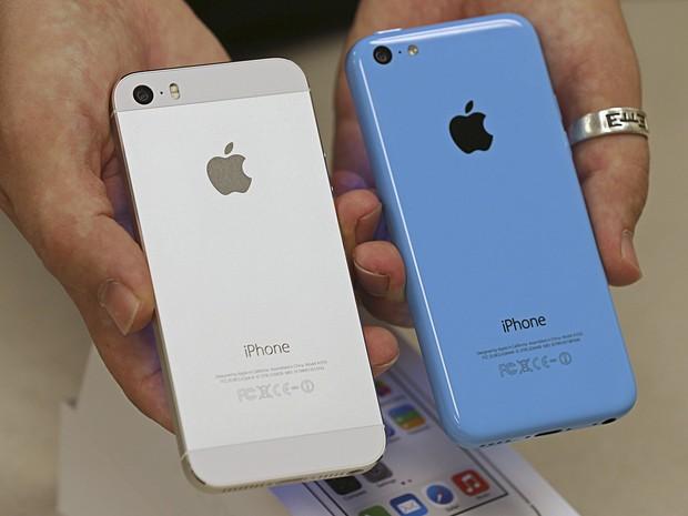Funcionário de operadora de telefonia mostra a parte traseira do iPhone 5S e do iPhone 5C em loja de Utah, nos Estados Unidos, na quinta-feira (19) (Foto: George Frey/Reuters)