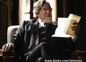 Ernest é arrogante e autoritário (Foto: Joia Rara/TV Globo)