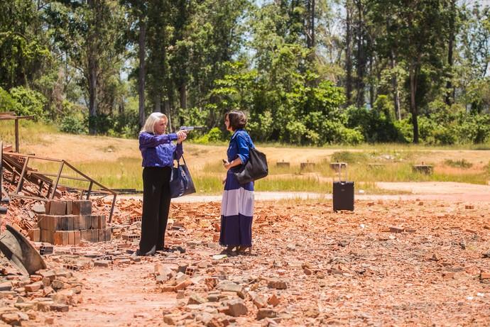 Mág aponta a arma para Beth (Foto: Paulo Belote/TV Globo)