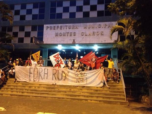 Manifestação encerrou em frente à prefeitura municipal. (Foto: Valdivan Veloso/G1)