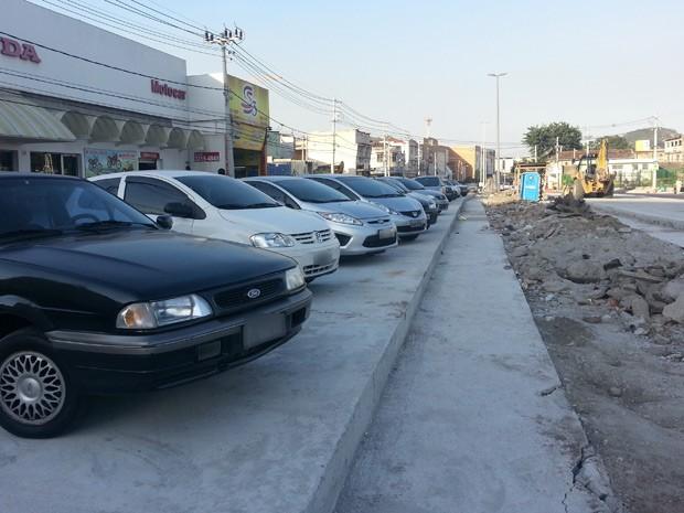 Pista do BRT em Vicente de Carvalho é usada como estacionamento  (Foto: Renata Soares/G1)