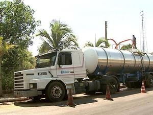 Caminhões-pipas levam a água até Cajuru (Foto: Claudio Oliveira/EPTV)