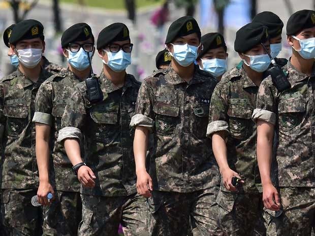 Durante cerimônia em Seul, soldados sul-coreanos usam máscaras de proteção contra surto de coronavírus (Foto: Jung Yeon-je / AFP Photo)