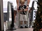 Jonatas Faro passeia com o filho Guy em um shopping do Rio