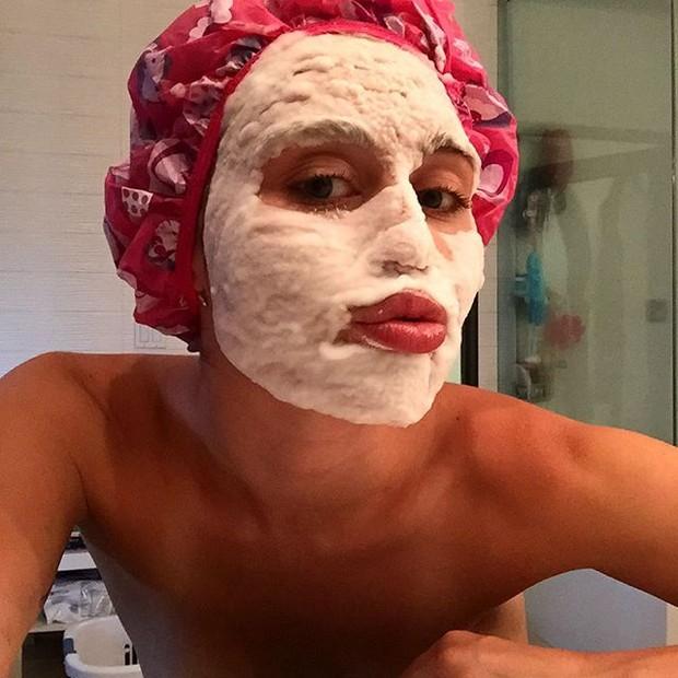 Miley Cyrus mostra tratamento facial (Foto: Reprodução/Instagram)