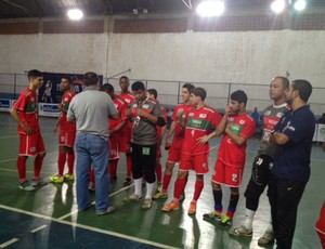 Jogadores recebem a premiação depois que partida foi encerrada (Foto: Cibele Moreira/TV Rio Sul)