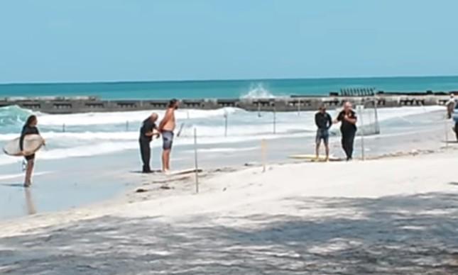 Surfistas são presos ao sair da água na Flórida