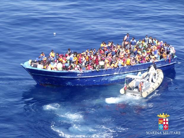 Marinha da Itália resgatou migrantes em barcos de pesca e pequenos botes de borracha motorizados (Foto: Italian Navy via AP Photo)