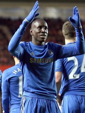 Demba Ba comemora gol do Chelsea contra o Soton (Foto: Getty Images)
