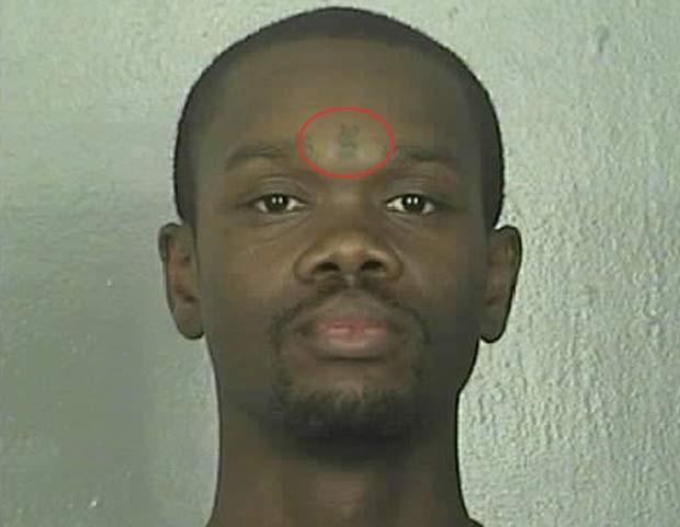Uma tatuagem inusitada que o norte-americano Elias Sedale Jones tem na testa ajudou a polícia de Newport News, no estado da Virgínia (EUA), a prendê-lo em 2010. Ele tatuou um cifrão entre os olhos (Foto: Divulgação)