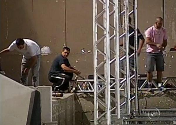 Enquanto os fãs aguardam ansiosos pelo show do Rei, os funcionários preparam cadeiras, camarotes e mesas que vão receber cerca de 2.400 pessoas. (Foto: Reprodução/ TV Tem)