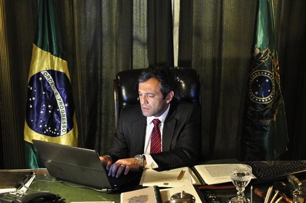 """Domingos Montagner como o presidente Paulo Ventura em """"O Brado Retumbante"""" (Foto: Reprodução/Instagram)"""