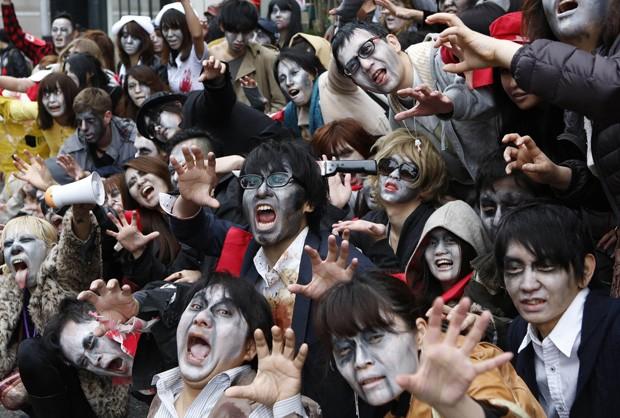 Japoneses se vestiram de zumbis e caminharam penas ruas do distrito de Roppongi, em Tóquio (Foto: Yuya Shino/Reuters)