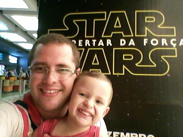 Luke com o filho na frente do cartaz de Star Wars (Foto: Arquivo Pessoal)