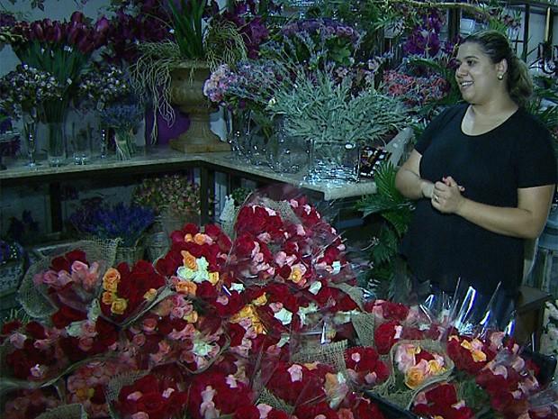Maria Ribeiro diz que os buquês com mil rosas levaram cinco horas para serem confeccionados (Foto: Maurício Glauco/EPTV)