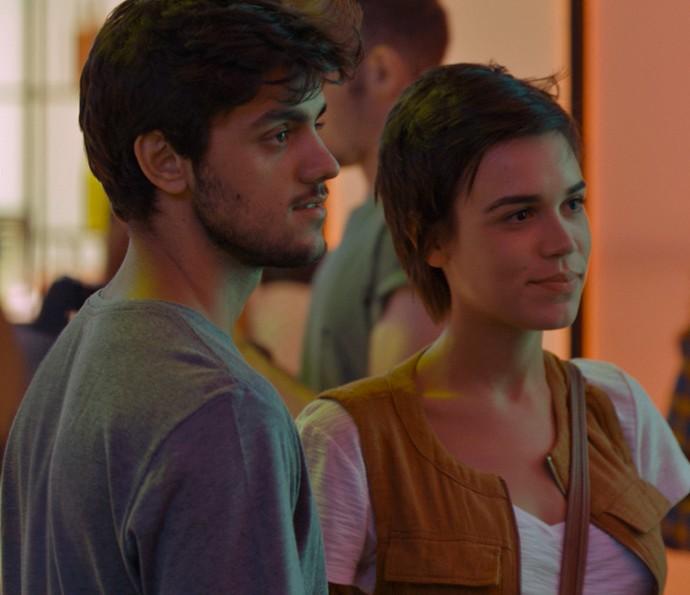 Os dois se surpreendem com nova atitude da garota (Foto: TV Globo)