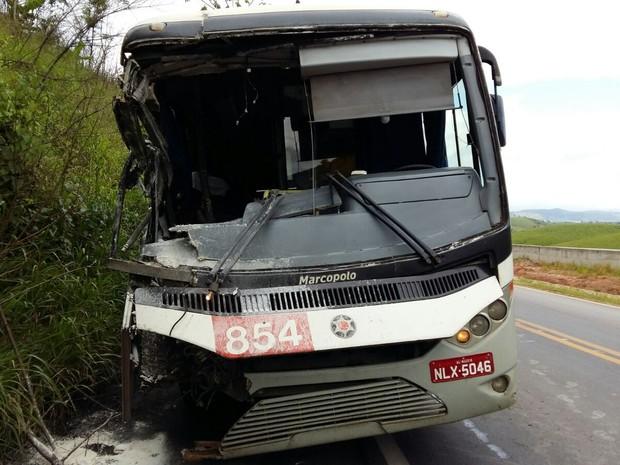 Parte frontal do ônibus ficou danificada (Foto: Aquivo Pessoal/ Edson Batista)